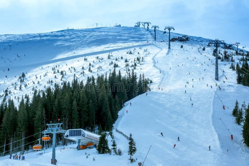 Piste de ski nuageux et remontée mécanique photo libre de droits