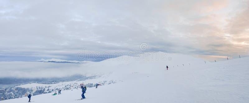 Piste de ski sur la pente de montagne déboisée dans Carpathiens images stock