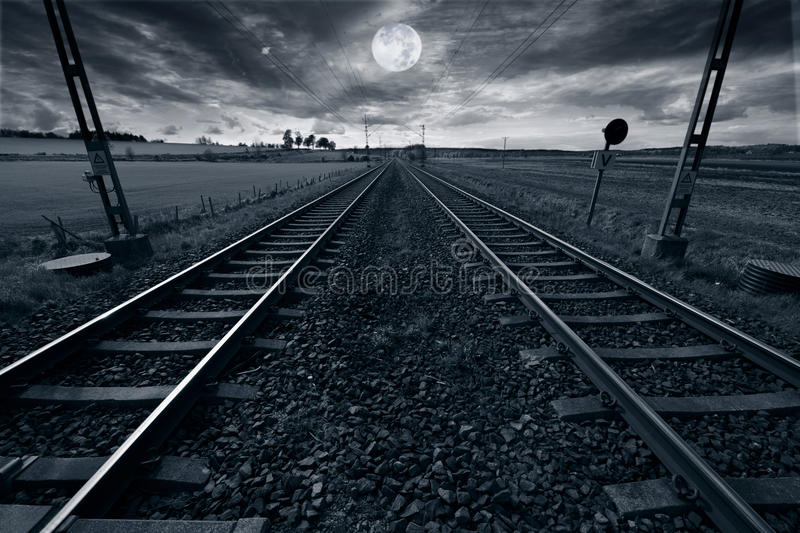 Piste de train et pleine lune photos stock