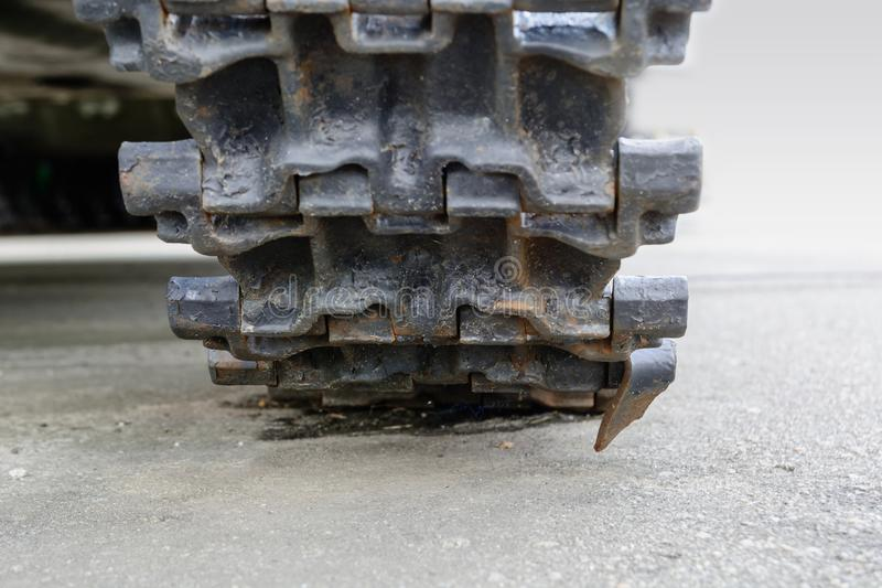 Piste del carro armato Colpo corazzato del primo piano di Caterpillar Collegamento nero della pista Carro armato del telaio immagine stock libera da diritti