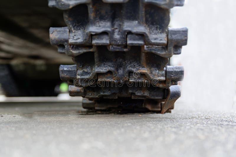 Piste del carro armato Colpo corazzato del primo piano di Caterpillar Collegamento nero della pista Carro armato del telaio fotografia stock libera da diritti