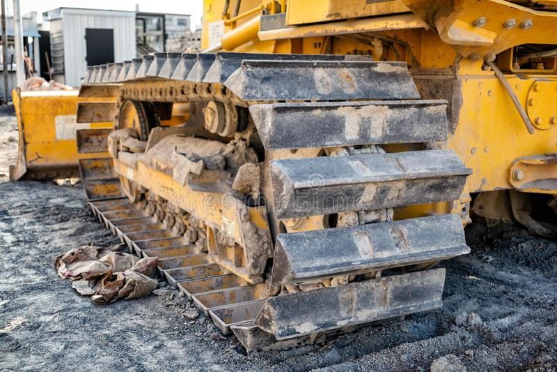 Piste del metallo su un bulldozer sul cantiere fotografie stock