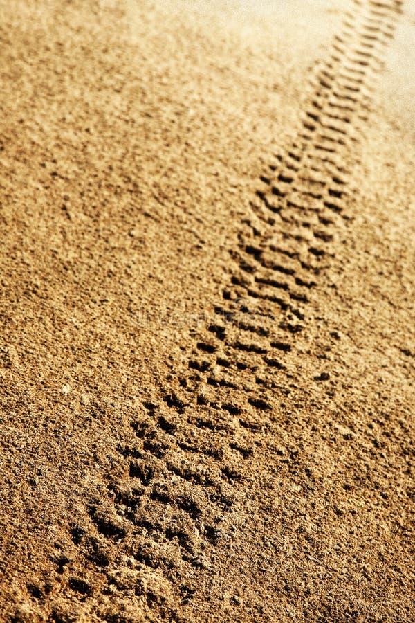Piste della gomma in sabbia fotografia stock