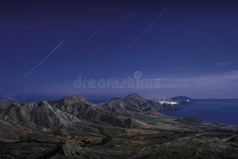 Piste della stella sopra le montagne fotografia stock