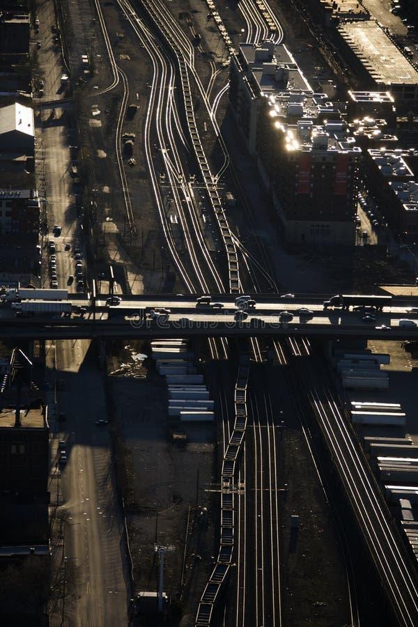 Piste e strada principale del treno. fotografia stock
