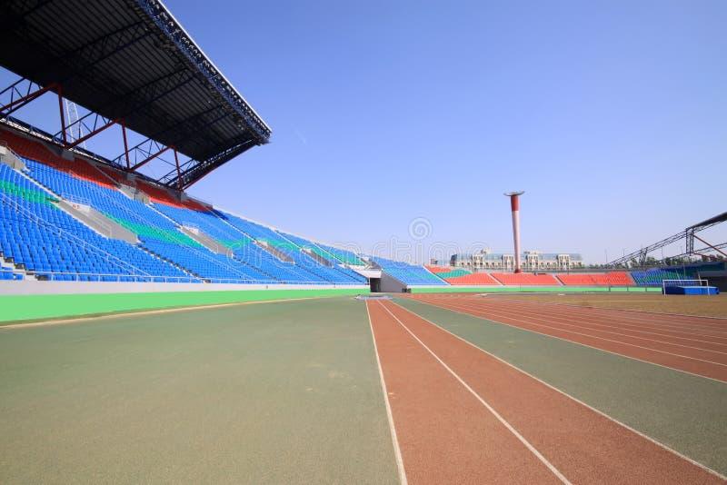 Piste et bâtiment en plastique rouges dans un au sol de sports photographie stock libre de droits