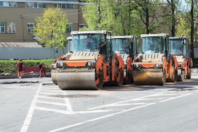 Piste fonctionnante prête pour étendre l'asphalte sur la route dans la ville Réparation des routes photographie stock