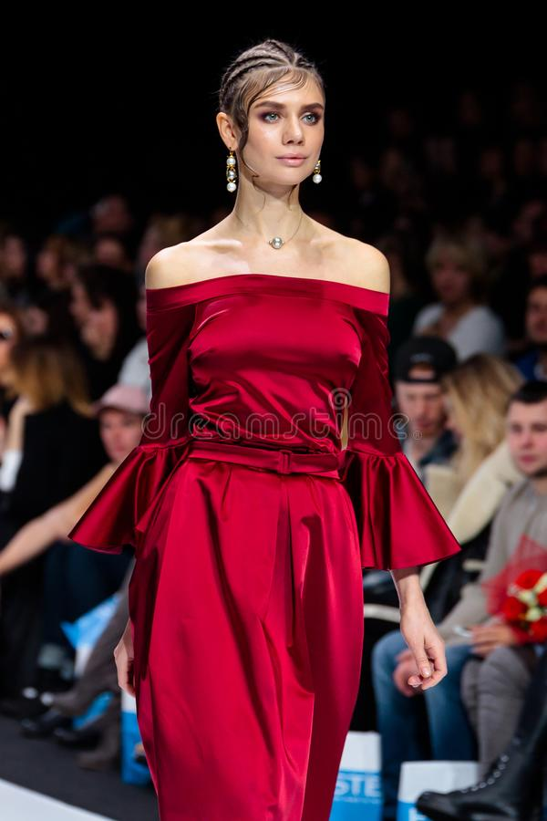 Piste modèle de promenade pour la passerelle d'ALINA ASSI à la semaine de mode de Moscou de saison du Ressort-été 2017-2018 image stock