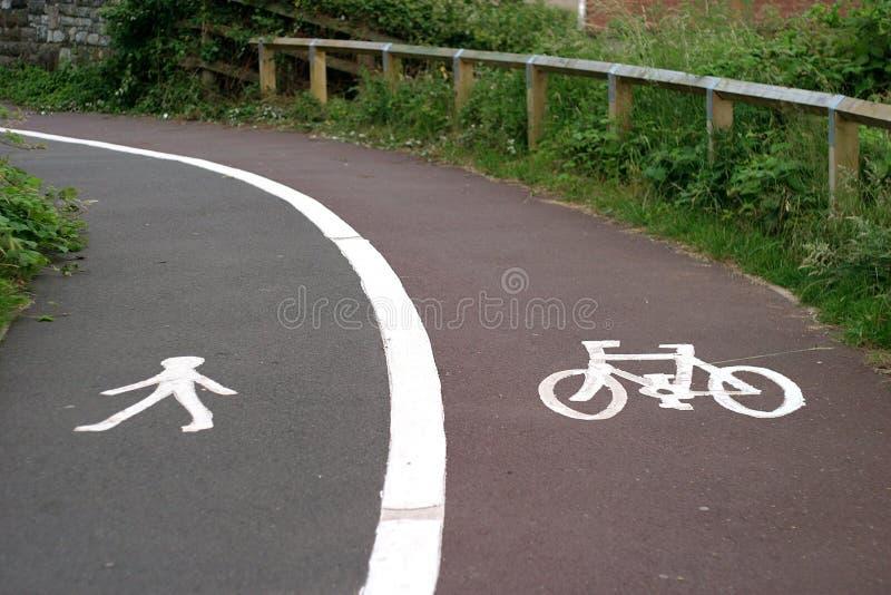 Piste pour piétons et cycleway fendus images libres de droits