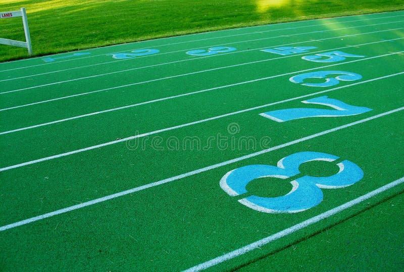 Piste verte avec les voies numérotées. photographie stock libre de droits