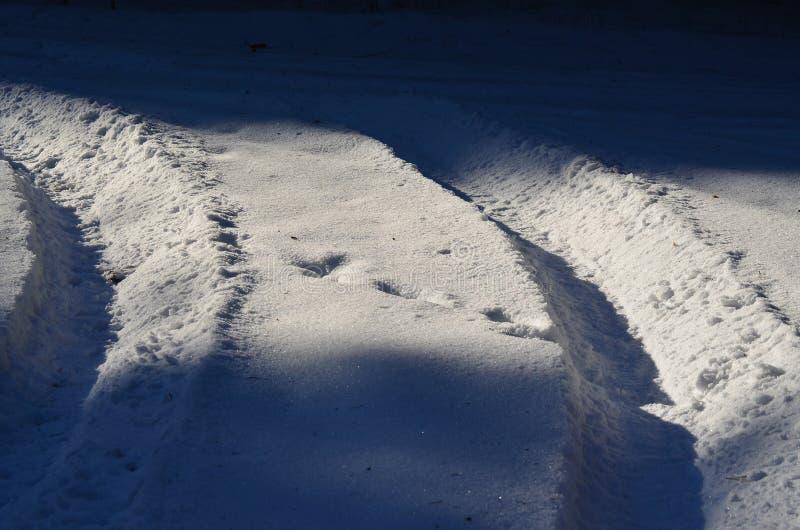 Pistes de pneu dans la neige images stock