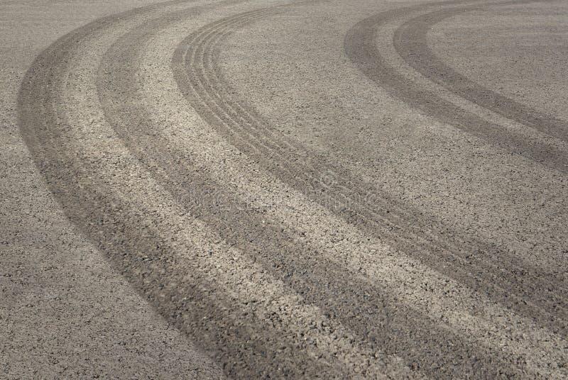 Pistes de pneu sur l'asphalte image stock