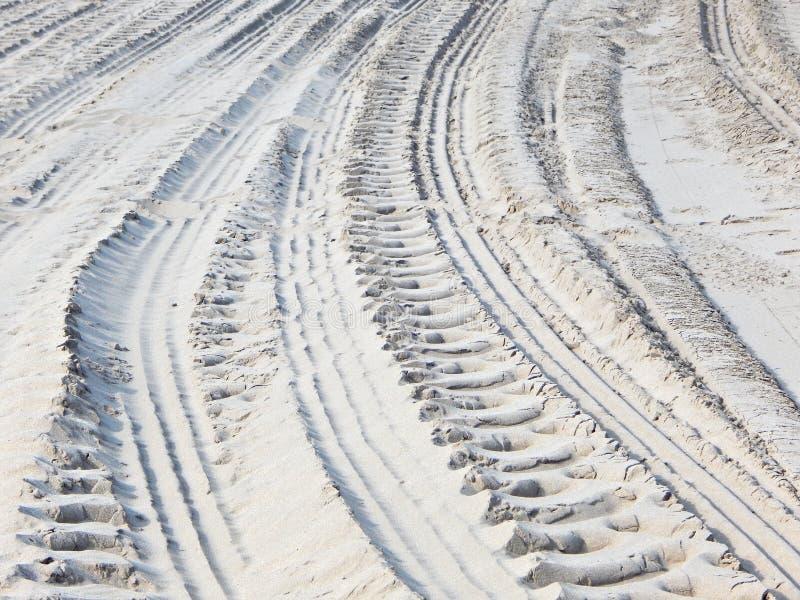 Pistes de roue dans le sable images libres de droits