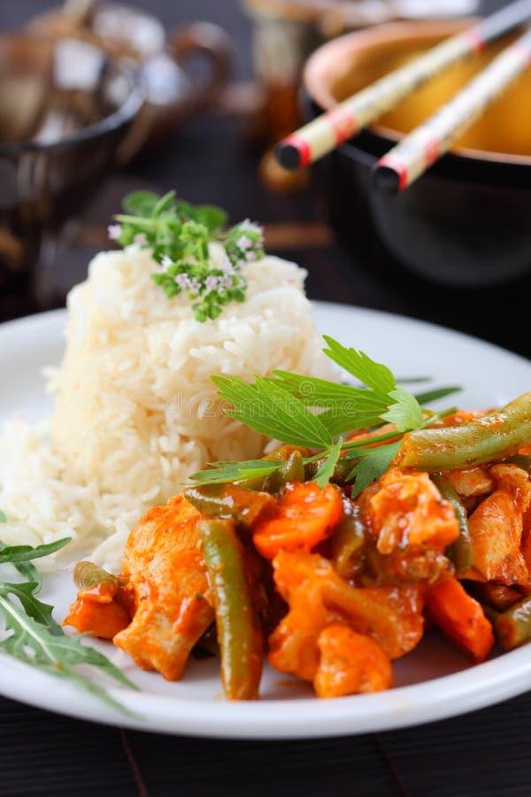 Pistes rouges de cari de poulet avec du riz photographie stock