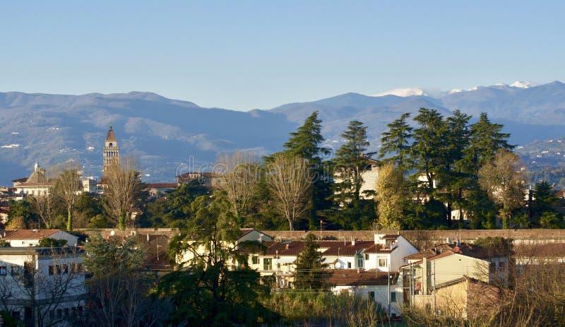 Pistoia i vinter med snöig Montagna Pistoiese Appennino berg arkivfoto