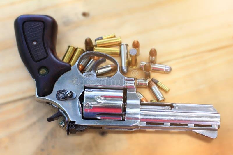 Pistol med kulan på tabellen som är trä för utomhus- sport och jakt royaltyfria foton