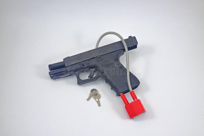 Pistol med låset på det royaltyfri fotografi