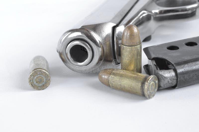 Pistol och ammunitionar arkivfoton