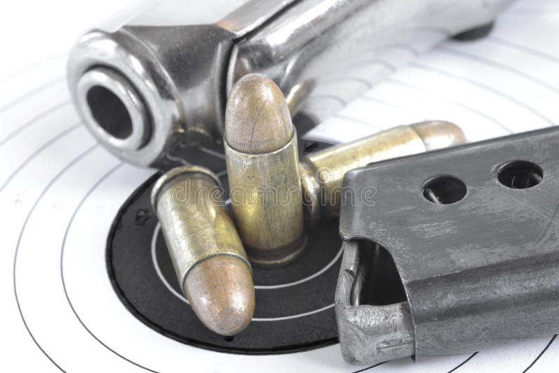 Pistol och ammunitionar arkivbild
