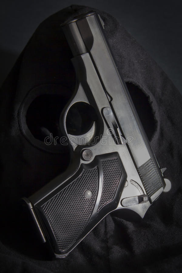 Pistol och maskering av en tjuv arkivfoton