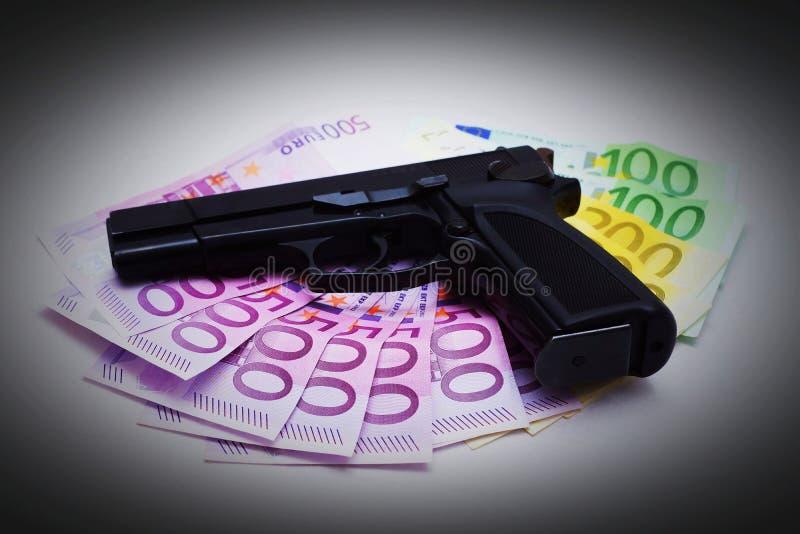 Pistol och sedlar royaltyfria bilder
