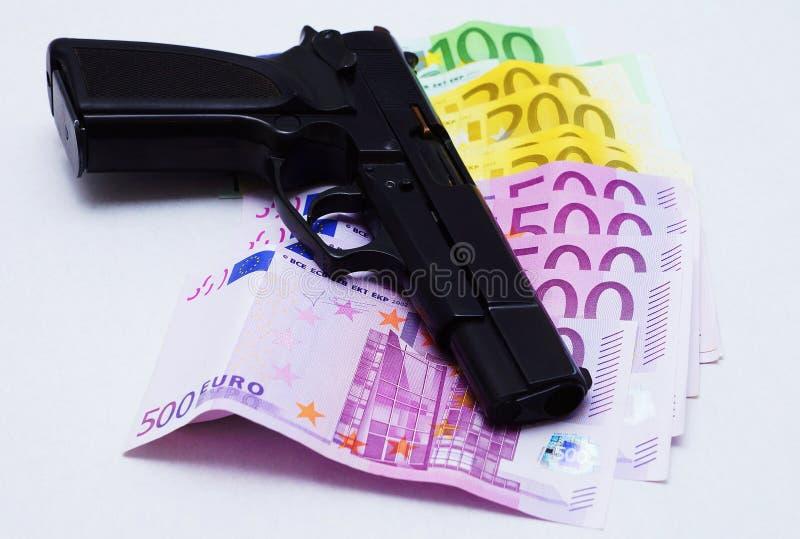 Pistol och sedlar royaltyfri fotografi