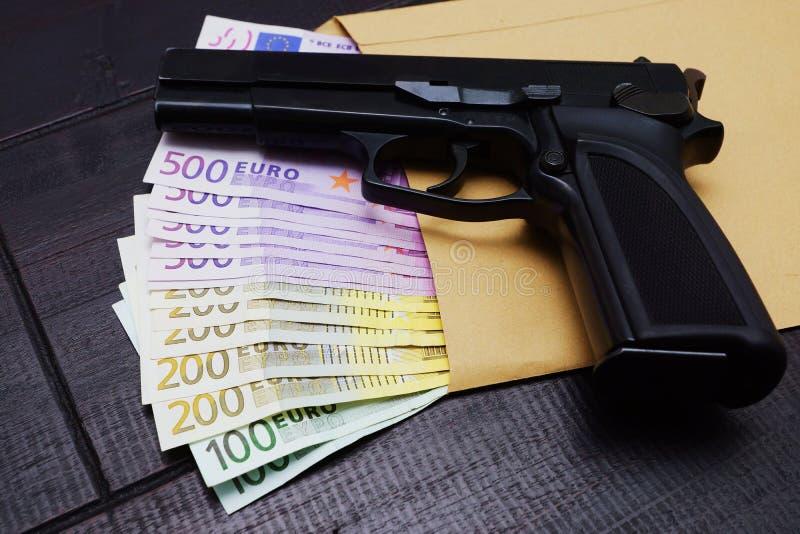 Pistol och sedlar royaltyfri bild