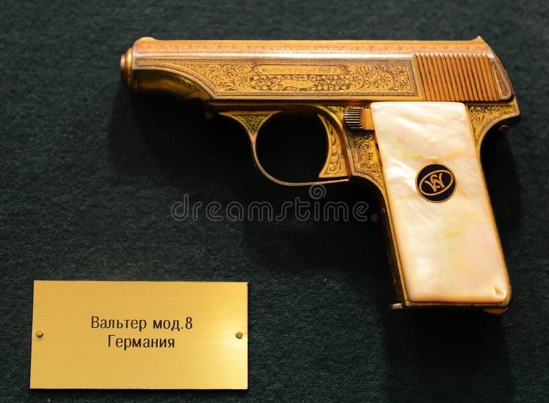 Pistola alemana Walther Mod 8 en el museo en Petrovka, 38, departamento principal del ministerio de asuntos internos de Moscú imagenes de archivo