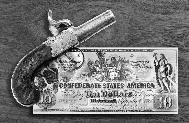 Pistola antiga e dinheiro confederado fotografia de stock