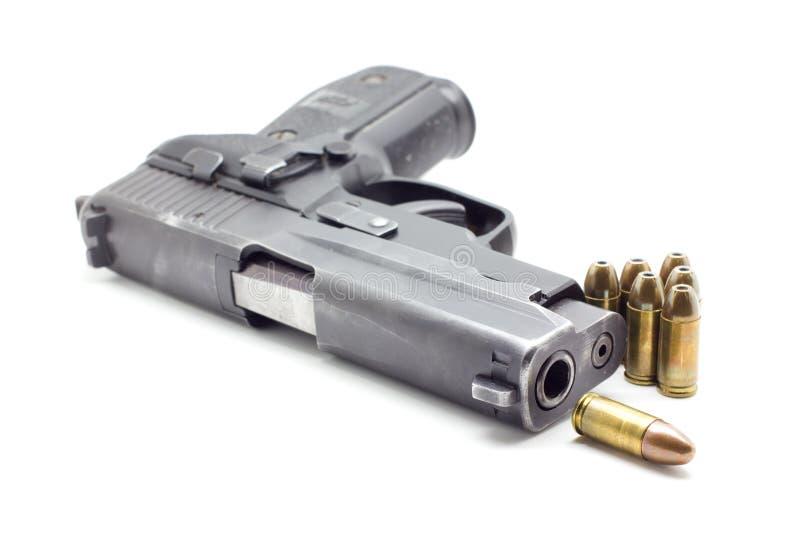 Pistola con la munición, fondo blanco imágenes de archivo libres de regalías