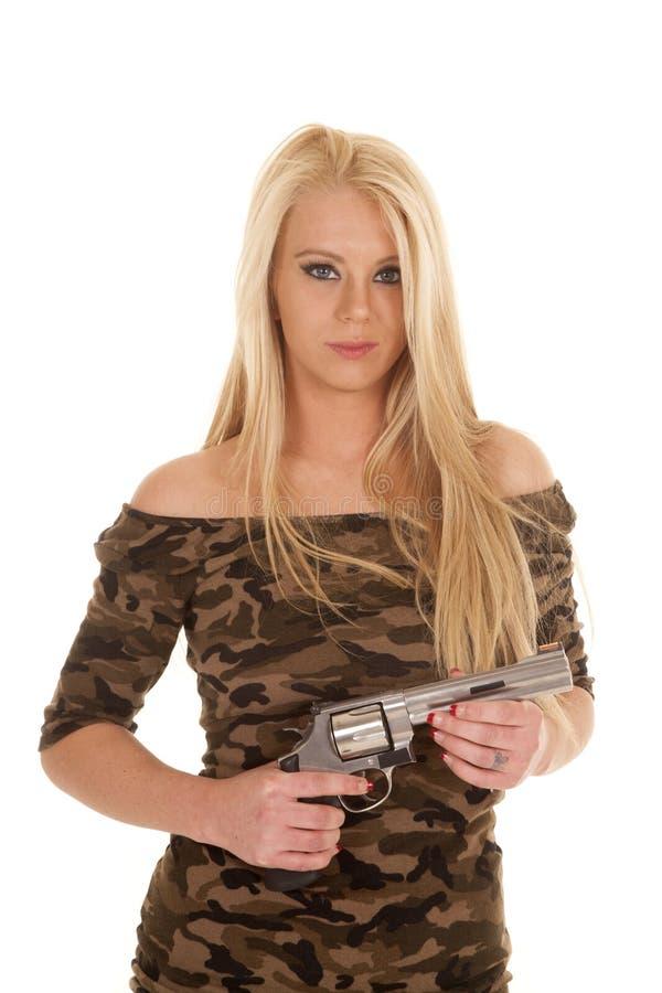 Pistola da posse do vestido do camo da mulher foto de stock
