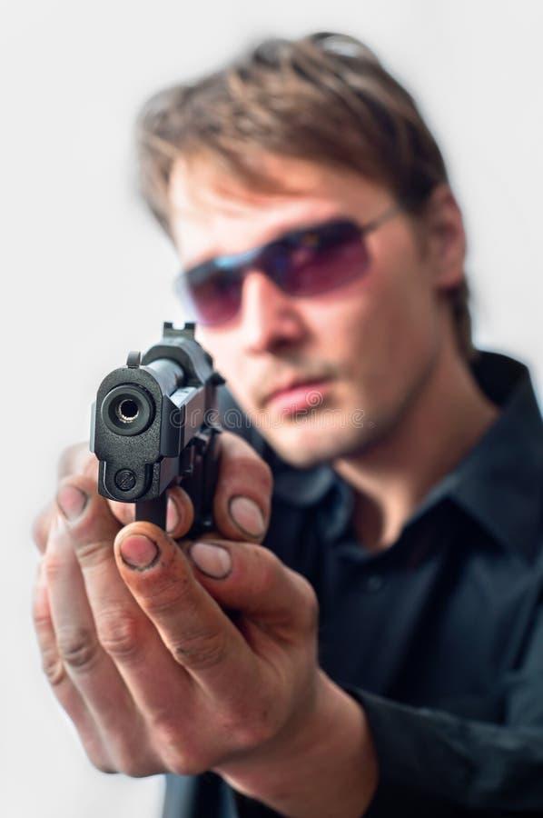 Pistola della holding dell'uomo fotografia stock libera da diritti