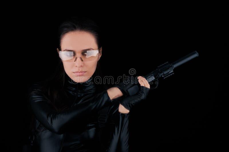 Pistola della tenuta della spia della donna fotografia stock libera da diritti