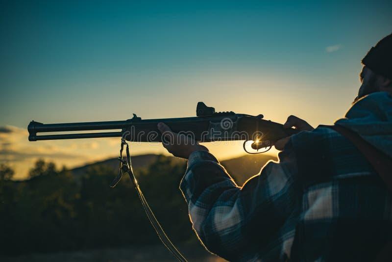 Pistola di caccia Cercando senza confini Cacciatore con la pistola del fucile da caccia sulla caccia Calibri dei fucili di caccia fotografia stock libera da diritti