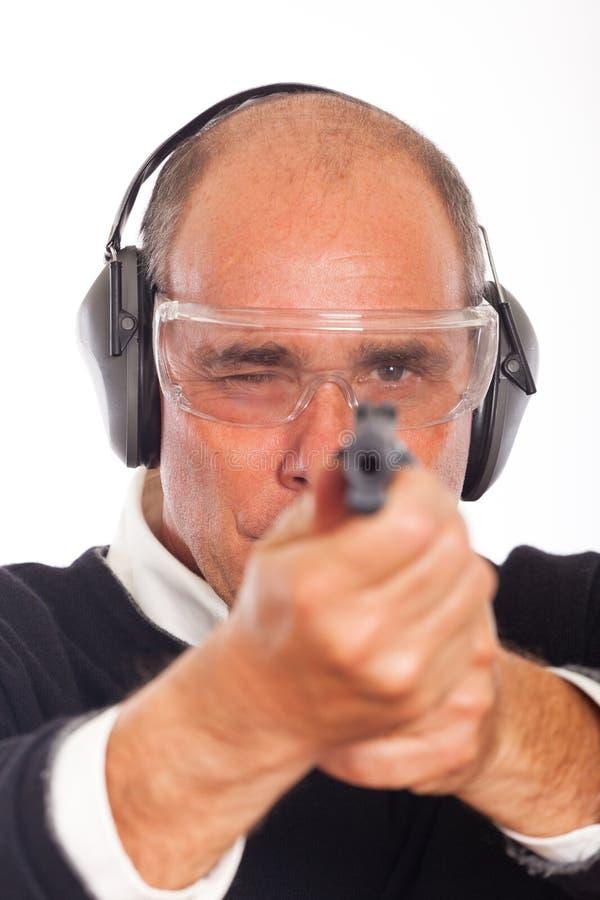 Pistola di scopo dell'uomo immagini stock