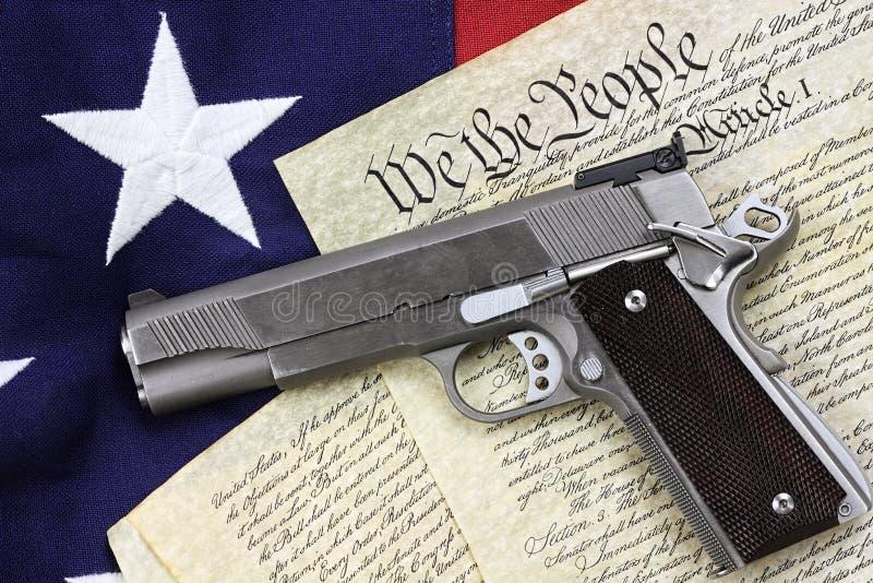 Pistola e costituzione fotografia stock