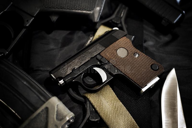 Pistola escondida pequena, mini rev?lver compacto para a mulher no fundo preto fotografia de stock