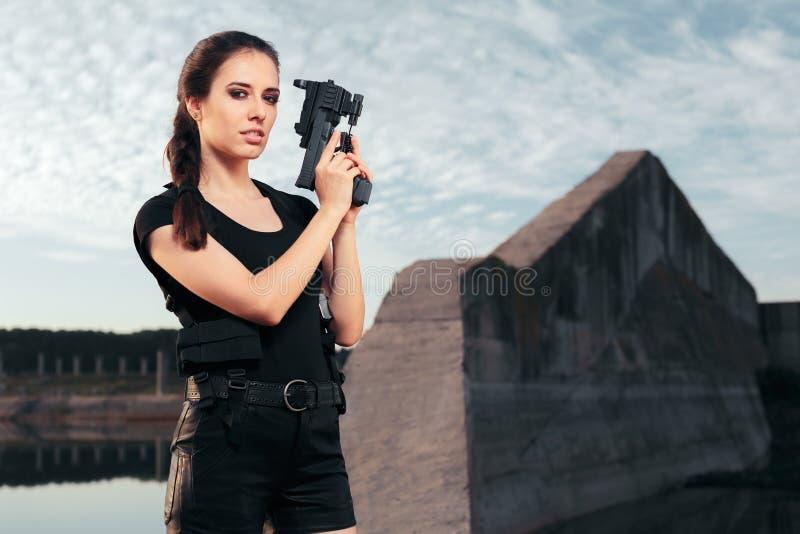 Pistola estupenda femenina del arma de Cosplay que apunta en escena de la acción imagen de archivo