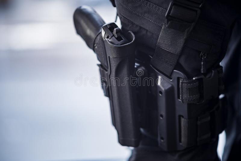 Pistola Holstered en muslo en personal de seguridad fotos de archivo libres de regalías