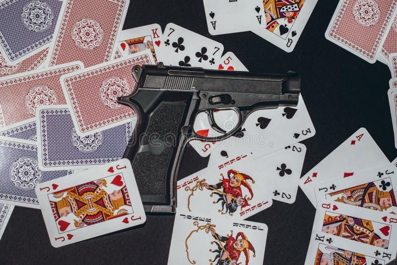 Pistola na tabela com cartões foto de stock royalty free