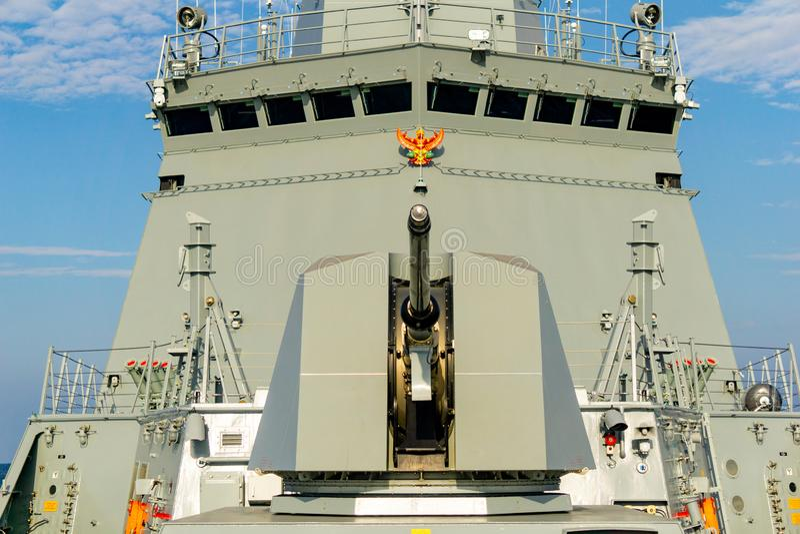 Pistola navale di Leonardo 76/62 e sovrastruttura rapide eccellenti della fregata polivalente del missile teleguidato di HTMS Bhu fotografia stock