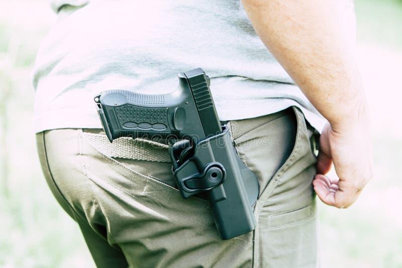 Pistola nella custodia per armi I treni del tiratore Sta preparando sparare all'obiettivo fotografia stock