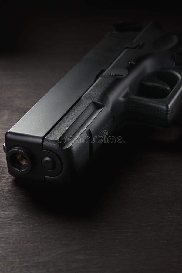 Download Pistola Para O Jogo Do Airsoft Em Um Fundo Escuro Foto de Stock - Imagem de elite, velho: 107527068