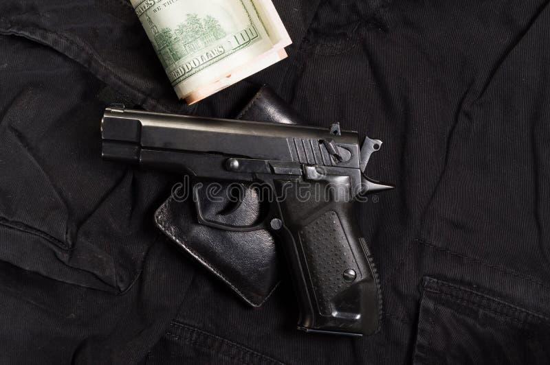 Pistola, portafoglio e soldi Acquisto dell'arma fotografia stock