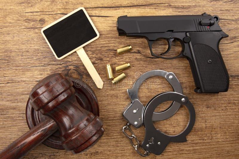 Pistola preta com quadro-negro fotografia de stock royalty free