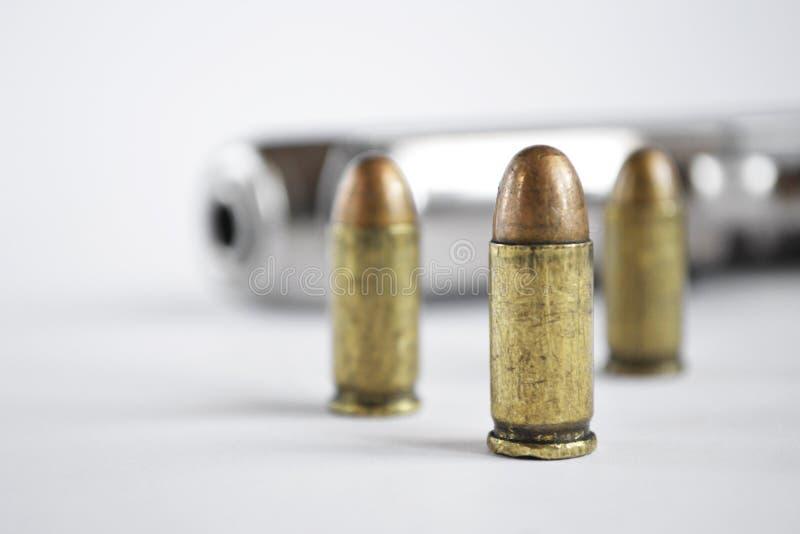 Pistola y munición foto de archivo