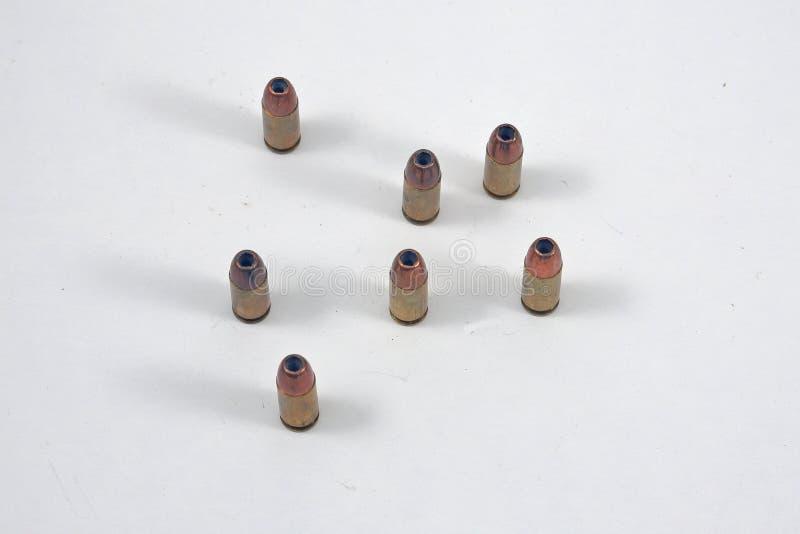 Pistolammo som är stående upp på vit bakgrund royaltyfria bilder