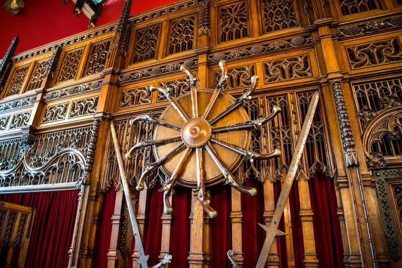 Pistolas em uma das paredes dentro de grande salão no castelo de Edimburgo foto de stock royalty free