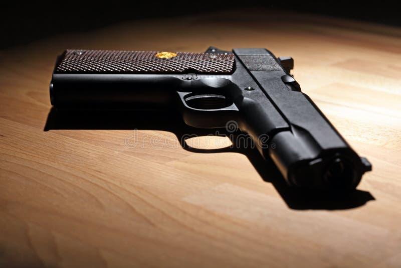 Pistole auf der Tabelle stockbilder