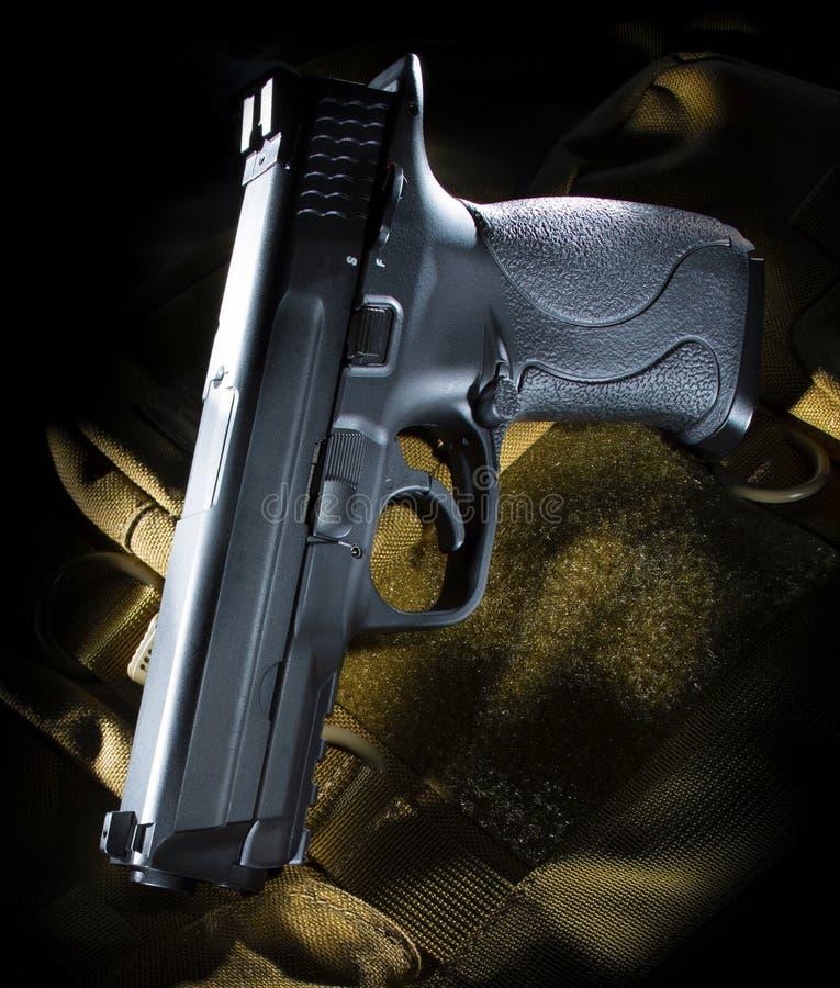 Pistole auf einer braunen Tasche stockfotos